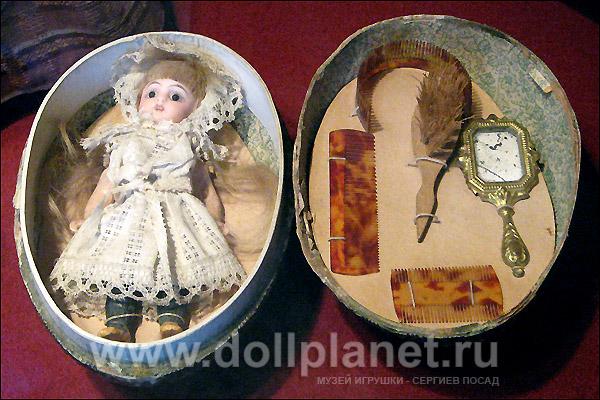 Фото миниатюрной старинной куклы в коробочке в форме яйца